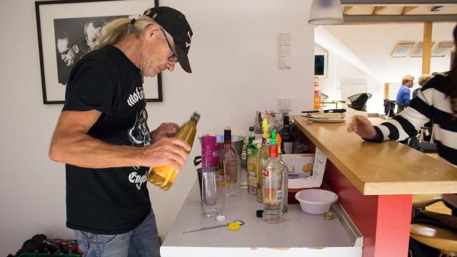 Horst Reinert mixt Cocktails